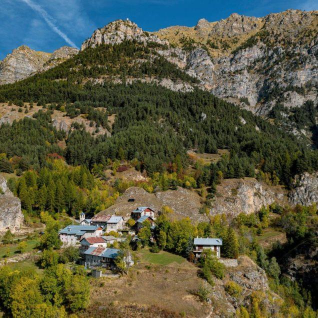 paese tra le montagne